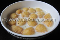 Paal_Paniyaram_Sweet_Rice_Urad_Dal_Balls_Soaked_Milk